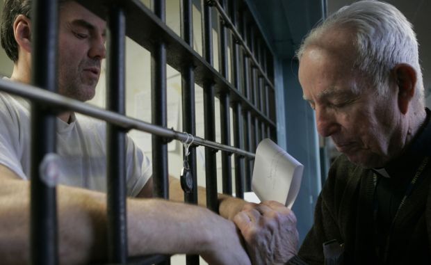 Priest prays with death-row inmate in 2008 file photo